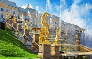 Peterhof fontány a zlaté sochy